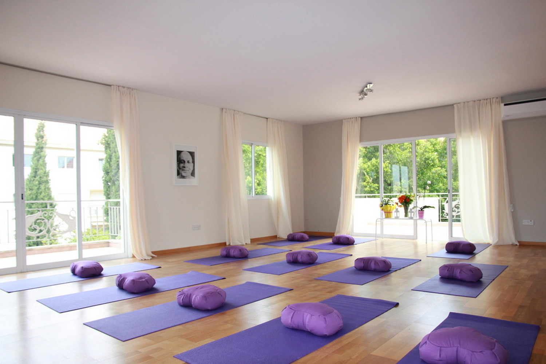 清新開闊落地窗瑜伽館室內裝修效果圖
