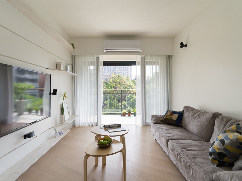 隔断空间的吊顶造型处理方式,通常适合横梁处于客厅与其他空间的交界位置,这样的横梁处理通常直接是做成2个空间的隔断设计,结合上整体吊顶造型的设计,显得比较简洁大气。